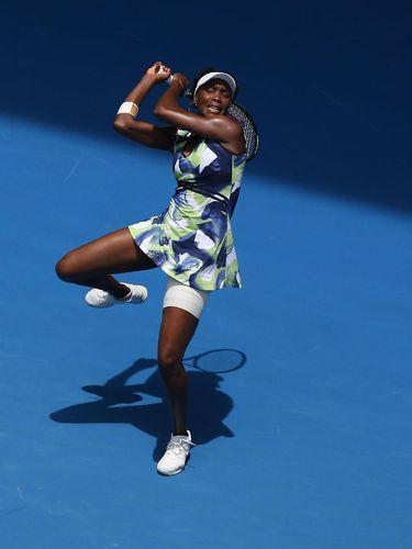 Venus Williams saat beraksi di lapangan.