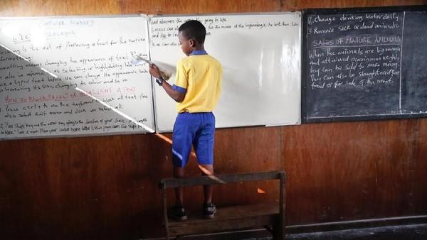 Layaknya sekolah lain, sekolah terapung ini juga memiliki seragam. Warnanya cantik, kuning dan biru. Bahasa yang digunakan pun bahasa Inggris lho! (Akintunde Akinleye/Reuters)