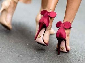Pakai Heels 12 Cm, Wanita Penyapu Jalanan Ini Curi Atensi