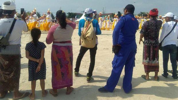 Acara juga dihadiri oleh masyarakat dan turis