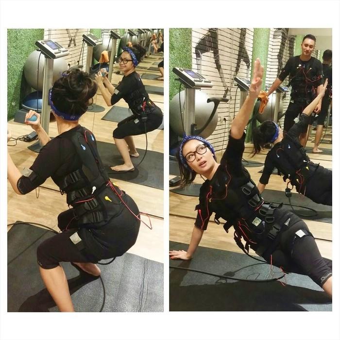 Latihan fisik dengan teknologi Electrical Muscle Stimulation (EMS) menggunakan alat Miha Bodytec juga menjadi hobi chef berusia 37 tahun ini. Foto : Instagram @rinrinmarinka