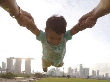 Aku terbang dulu Ayah dan Bunda... (Foto: Instagram/ @titi_kamall)