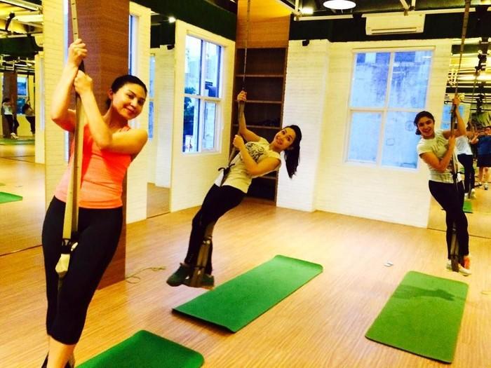Ternyata, ia juga hobi yoga, gerakannya gelantungan gitu loh. Foto : Instagram @rinrinmarinka