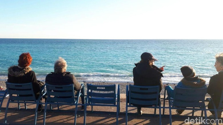 Foto: Bangku-bangku biru di Nice (Afif Farhan/detikTravel)