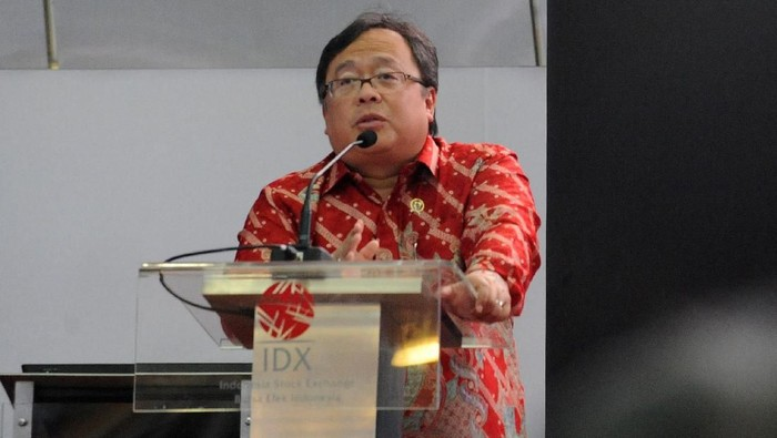 Menteri Perencanaan Pembangunan Nasional (PPN)/Kepala Bappenas Bambang Brodjonegoro (kanan) menerima penghargaan Life of Achievement dari Institute Certified Management Accountants (ICMA) Indonesia.