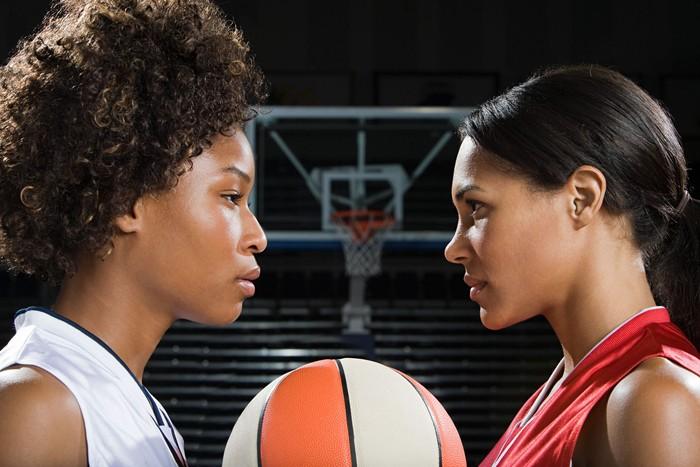 Ketika berhasil menorehkan poin untuk tim, tanpa sadar kepercayaan diri Anda meningkat. Karena itu, bermain basket sangat cocok dilakukan oleh orang-orang yang butuh meningkatkan kepercayaan dirinya. Demikian dikutip dari healthfitnessrevolution.com. (Foto: Ilustrasi/thinkstock)