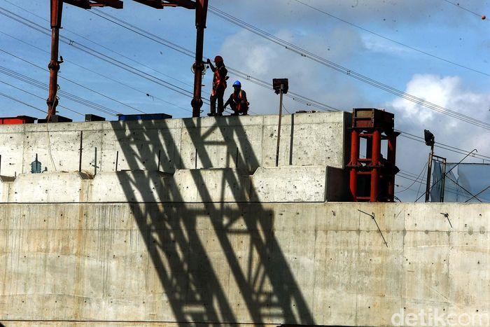 Pembangunan jalan tol di sisi selatan atau yang mengarah ke Jakarta, tepatnya seksi 1B Cipinang Melayu-Pangkalan Jati, belum rampung.