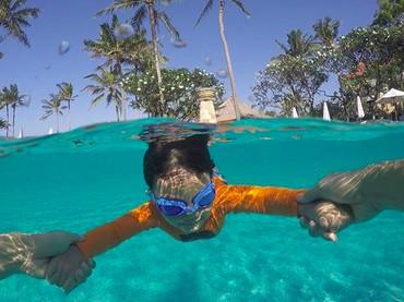 Byur! Kakak Juna lagi belajar berenang nih. (Foto: Instagram/ @csugiono) (Foto: Instagram/ @titi_kamall)