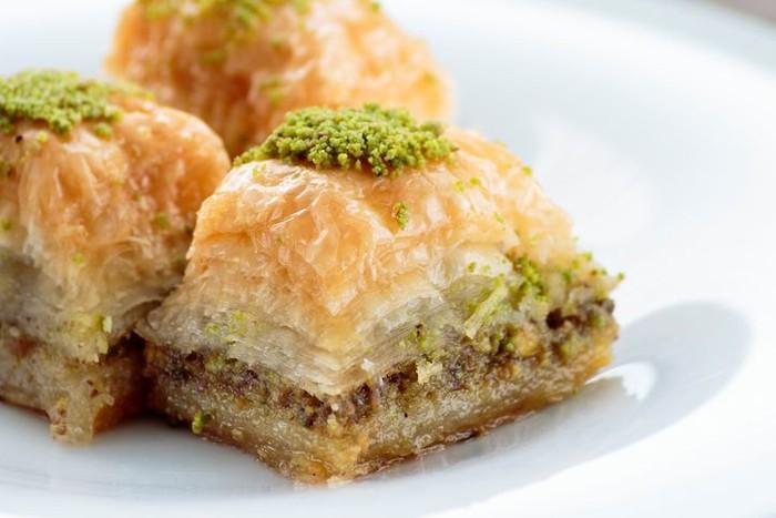 Baklava identik dari Turki, tapi dessert ini juga populer di Palestina. Berupa lapisan pastry renyah dengan isian kacang almond, pistachio atau walnut diantaranya. Perekatnya sirup atau madu yang membuat rasanya super manis. Foto: iStock