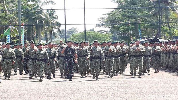 Prajurit Kostrad berbaris di hadapan Panglima TNI Jenderal Gatot Nurmantyo