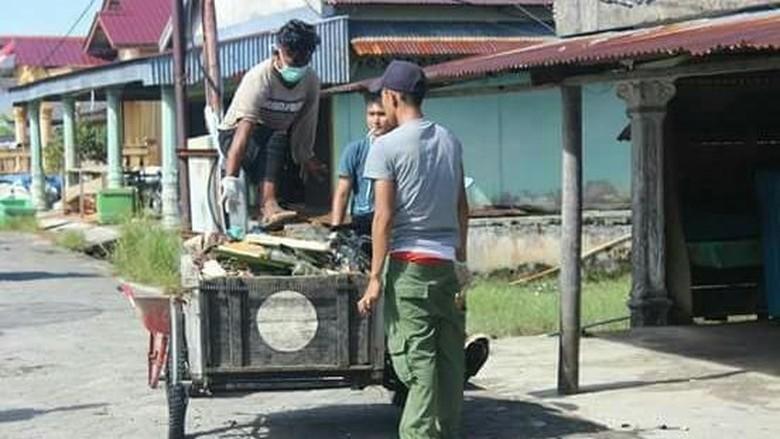 Aksi bersih-bersih di Pulau Banyak (Dok. Pemuda Pulau Banyak)
