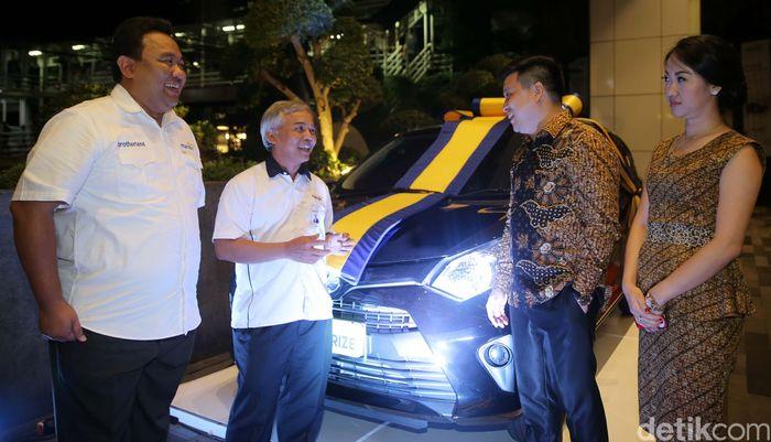 Vice President Bank Mandiri Antonius Harry T. (kiri) dan Executive Vice President Bank Mandiri Jasmin (dua kiri) sedang berbincang dengan nasabah pebisnis pasar Tanah Abang sebelum pelaksanaan lelang poin Mandiri Dagang Untung di Jakarta, Kamis malam (7/12/2017).