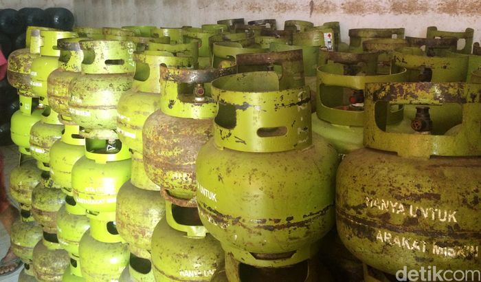 Tabung-tabung kosong tertumpuk di salah satu pangkalan elpiji di kawasan perumahan Poin Mas, Depok.