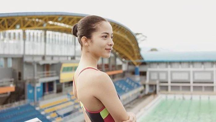Dalam film tersebut Putri memerankan Lala, atlet loncat indah DKI Jakarta yang tengah menghadapi pilihan dilematis untuk lolos ke timnas loncat indah atau melepaskannya. (Dok. Instagram/putrimarino)