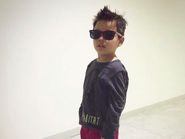 Makin keren aja anak Ayah Toan sama Bunda Titi kalau pakai kacamata gini. (Foto: Instagram/ @titi_kamall)