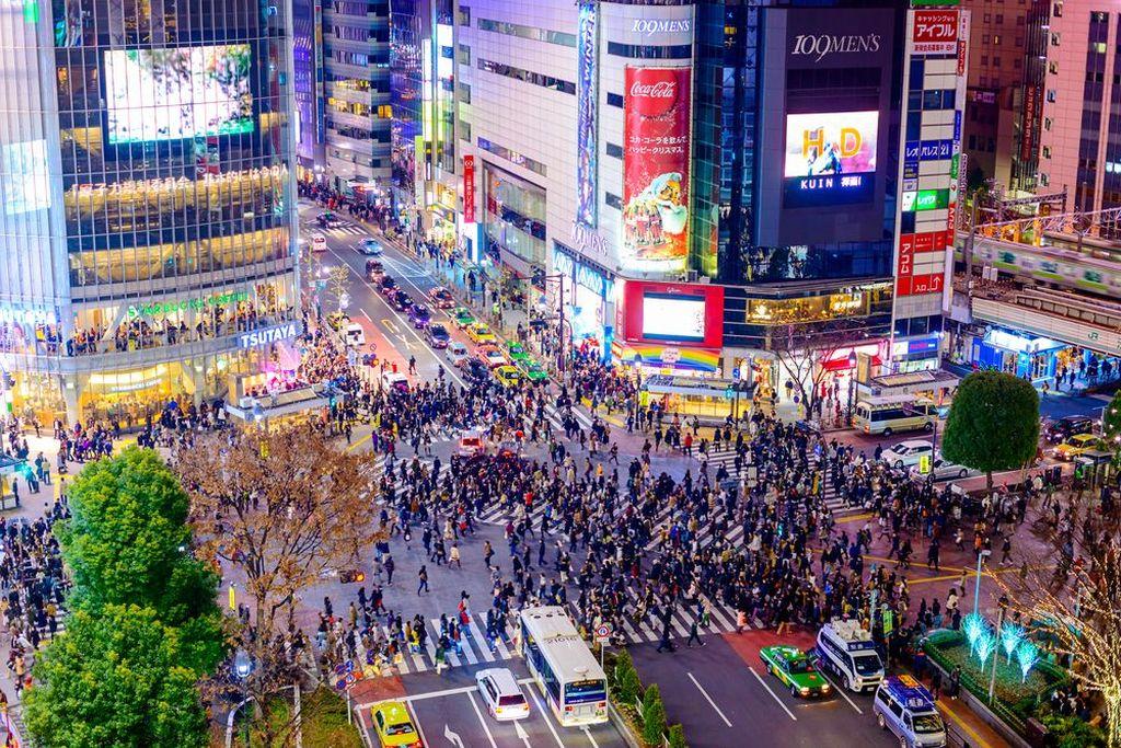 Shibuya Crossing pada masa sekarang yang sangat ramai dan menjadi tujuan turis. Foto: Vintages