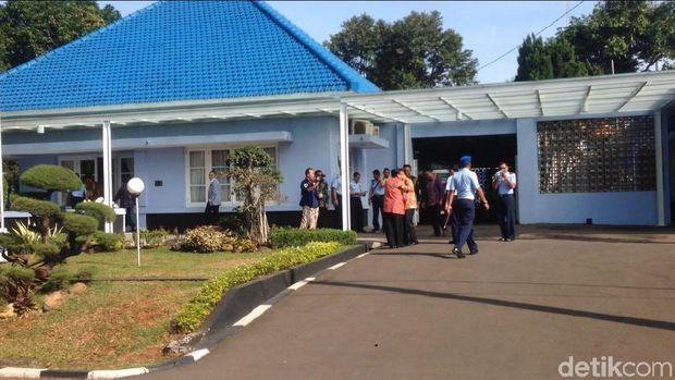 Komisi I DPR dan Pejabat TNI AU Datangi Rumah KSAU Hadi