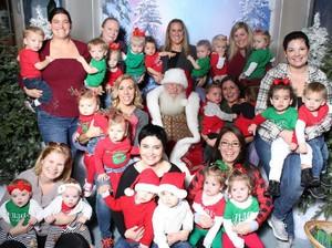 Seru! Saat 20 Anak Kembar Lakukan Photoshoot Bareng Santa Claus