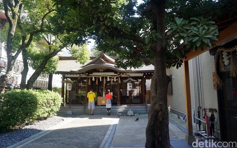 Nama kuil satu ini adalah Samuhara Shrine. Sepintas melihat, bangunan mungil ini pasti kalah megah dengan kuil-kuil lainnya yang ada di Jepang. Tapi ada kisah tersendiri dari kuil ini yang perlu traveler simak (Wahyu/detikTravel)