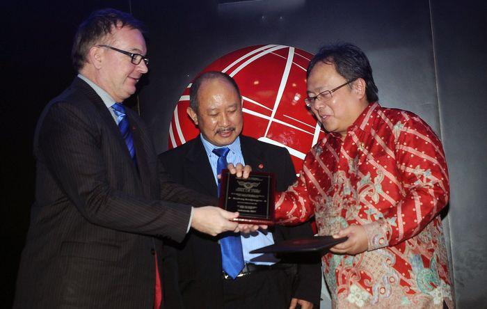 Penghargaan ini diberikan berdasarkan penilaian dan kualifikasi keputusan baik ICMA Indonesia dan ICMA Australia karena dedikasi serta konsistensi dalam karya dan kontribusi yang luar biasa terhadap pembangunan kepada masyarakat di bidang ekonomi, akuntansi maupun keuangan. Foto: dok Bappenas