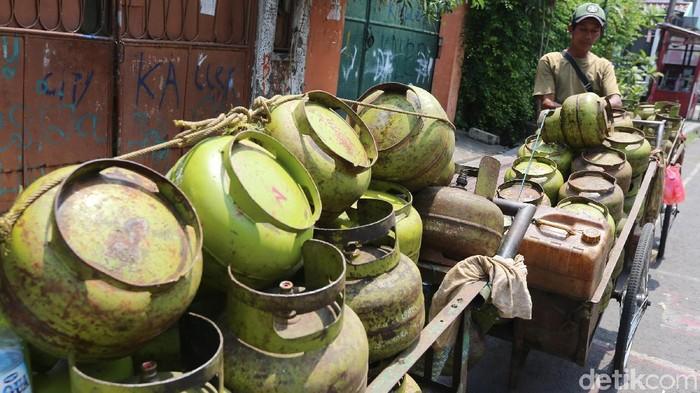 Tak hanya di daerah, di Jakarta Pusat pun terjadi kelangkaan dan kurang pasokan. Di kawasan Johar Baru, Jakarta Pusat, Kamis (7/12) kelangkaan terlihat dengan banyaknya tumpukan tabung gas melon kosong.