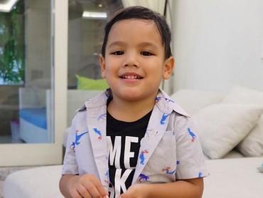 Sama bundanya, bocah yang dipanggil Juna ini dijuluki abang gigi kelinci. Hi-hi-hi. (Foto: Instagram/ @titi_kamall)