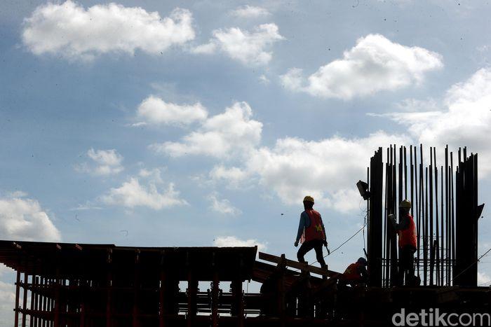 Para pekerja merampungkan pembangunan Tol Becakayu Seksi 1B di kawasan Cipinang Melayu.