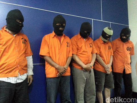 Para tersangka pengedar uang palsu di Karawang
