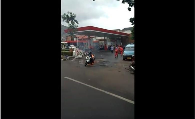 Motor terbakar diduga karena handphone disimpan di jok. Foto: Screenshot video