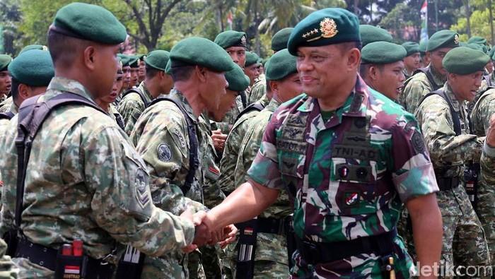 Panglima TNI Jenderal TNI Gatot Nurmantyo mengunjungi Markas Divisi Infanteri I Kostrad, Cilodong, Depok, Kamis (712). Gatot berpamitan kepada para prajurit Kostrad.