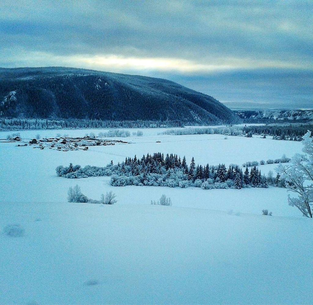 Fort Selkirk, Yukon, Kanada. Pada 1950, lokasi ini sempat ditinggal sempat dibiarkan tidak berpenghuni karena suhunya yang sangat dingin. Januari merupakan bulan terdingin di tempat yang tidak memiliki akses jalur darat tersebut. Suhu terendah yang tercatat di Fort Selkirk adalah -58 derajat Celsius. (Foto: Instagram/@philip1oo1)