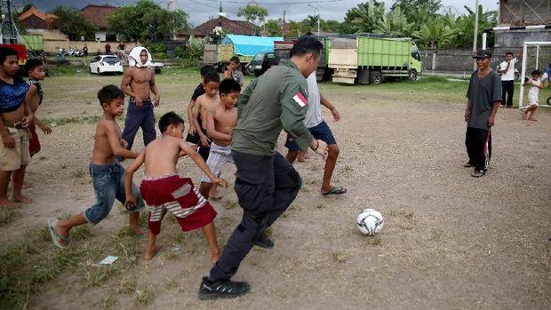 AHY mengajak anak-anak di posko pengungsian Gunung Agung main sepak bola.