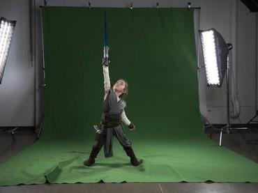 Bermodal layar hijau, sesi foto keluarga Josh Rossi bisa mirip sama poster asli film Star Wars The Last Jedi.