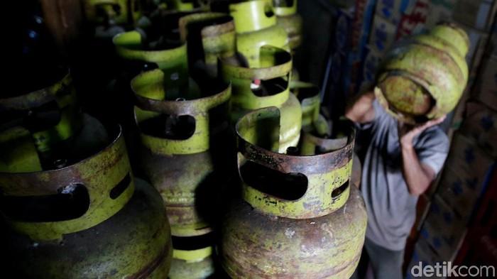 Pedagang merapihkan tabung kosong gas elpiji 3 kiloan di kawasan Mampang Prapatan, Jakarta, kemarin. Menurut pedagang, pasokan gas melon tersebut belum diisi sejak Minggu (3/12). Biasanya, gas elpiji diisi dua hari sekali untuk melayani konsumen.
