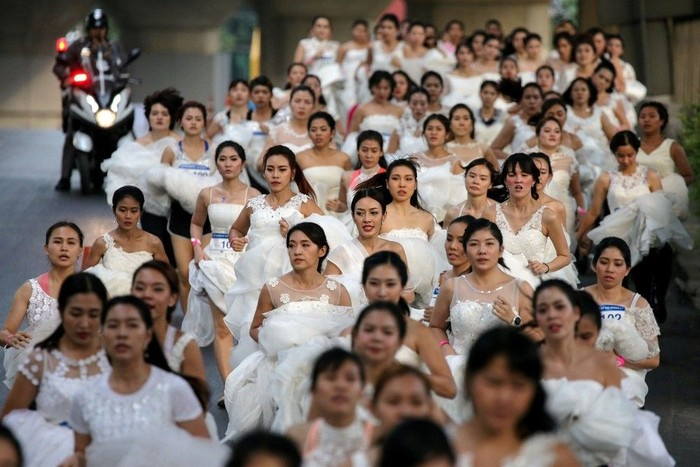 Akhir pekan lalu, digelar lomba lari dengan nama EAZY Running of the Brides 6. Uniknya, seluruh peserta lomba lari ini adalah calon pengantin. (Foto : REUTERS/Athit Perawongmetha)