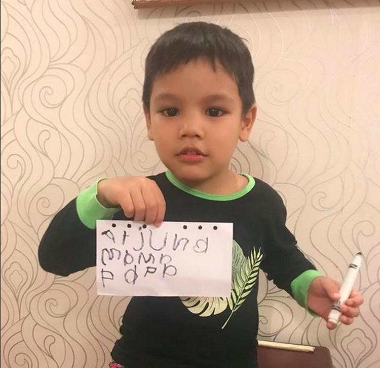 Arjuna yang umurnya 4 tahun, sekarang udah jadi kakak nih, Bun. Ya, 6 Desember kemarin sang bunda melahirkan anak kedua. (Foto: Instagram/ @titi_kamall)