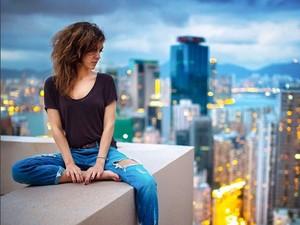 Keren! Model Cantik Bernyali Tinggi Pose di Ketinggian