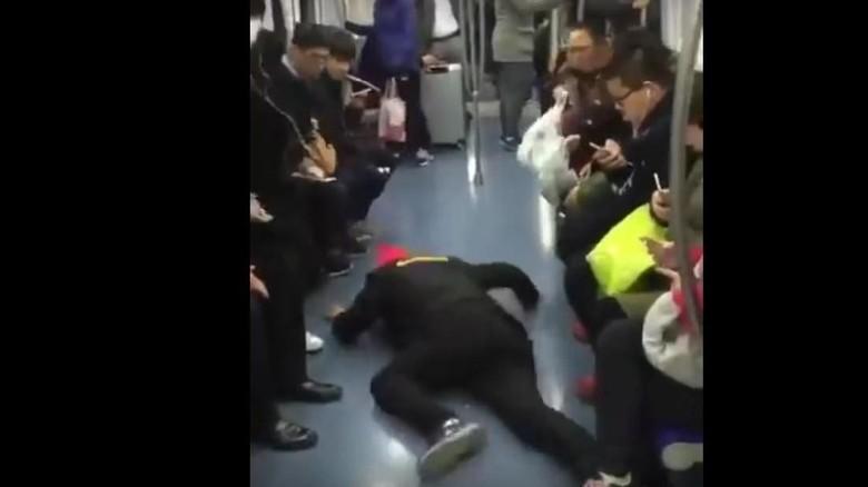 Traveler yang pura-pura kejang dalam kereta di China (@BTMG/Youtube)