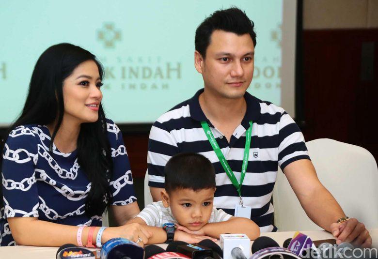Titi, Christian Sugiono dan Juna saat ditemui di RS Pondok Indah, Jakarta Selatan pada Kamis (7/12) malam. Pool/Ismail/detikFoto.
