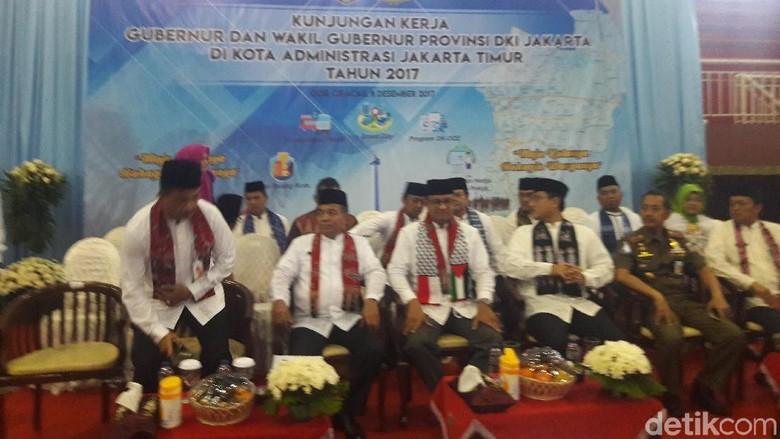 Kunker di GOR Ciracas, Anies Kenakan Syal Indonesia-Palestina