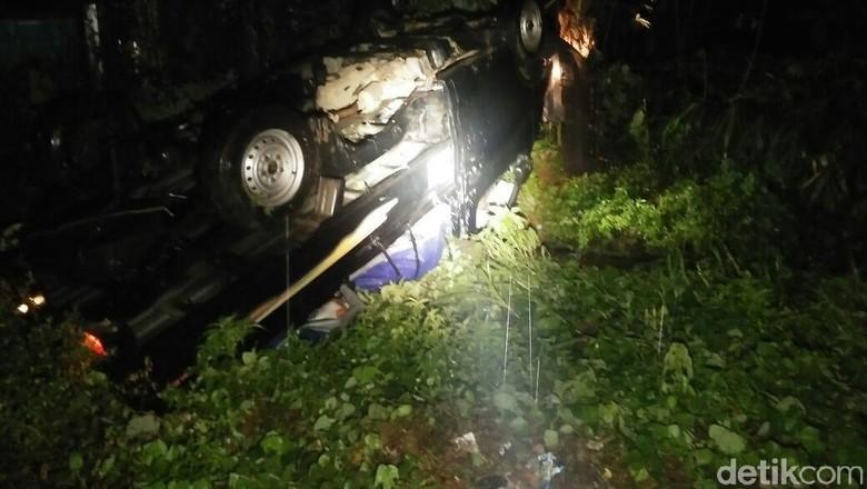 Hujan Lebat, Mobil Tabrak Tiang Telepon Lalu Terbalik di Jepara