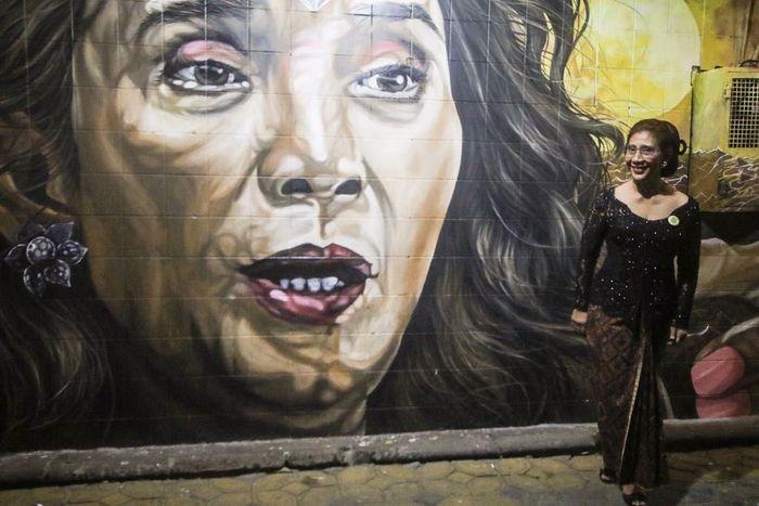 Begini gaya Menteri Susi saat berpose di depan mural bergambar dirinya ala Wonder Woman. Dok. KKP.
