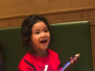 Begini ekspresi happy-nya Bilqis. Nggemesin! (Foto: Instagram/ @ayutingting92)