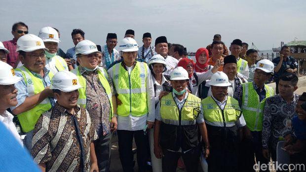 Sandiaga dan Menteri Brodjonegoro meninjau proyek tanggul laut di Cilincing