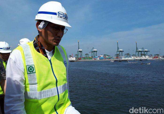 Wakil Gubernur DKI Jakarta Sandiaga Uno meninjau proyek tanggul laut atau National Capital Integrated Coastal Development (NCICD) di kawasan Cilincing, Jakarta Utara.