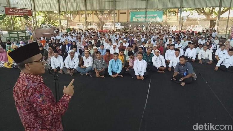 Bupati Anas Berangkatkan Dua Petugas Kebersihan Ibadah Umroh