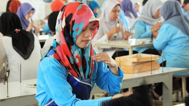 Pekerja di Perusahaan Amir, PT Bio Takara