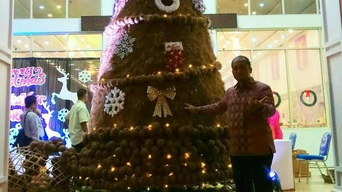 Kreasi pohon Natal berbahan sabut kelapa. Foto: ajiz
