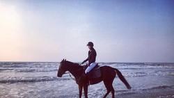 Tidak seperti idol kebanyakan, Yuri SNSD dikenal serba bisa, utamanya dalam hal olahraga. Bahkan mungkin Anda tak menyangka jika ia juga bisa berkuda kan?