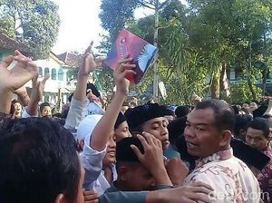 Saat Santri Ponpes Tremas Pacitan Berebut Buku Pemberian Jokowi